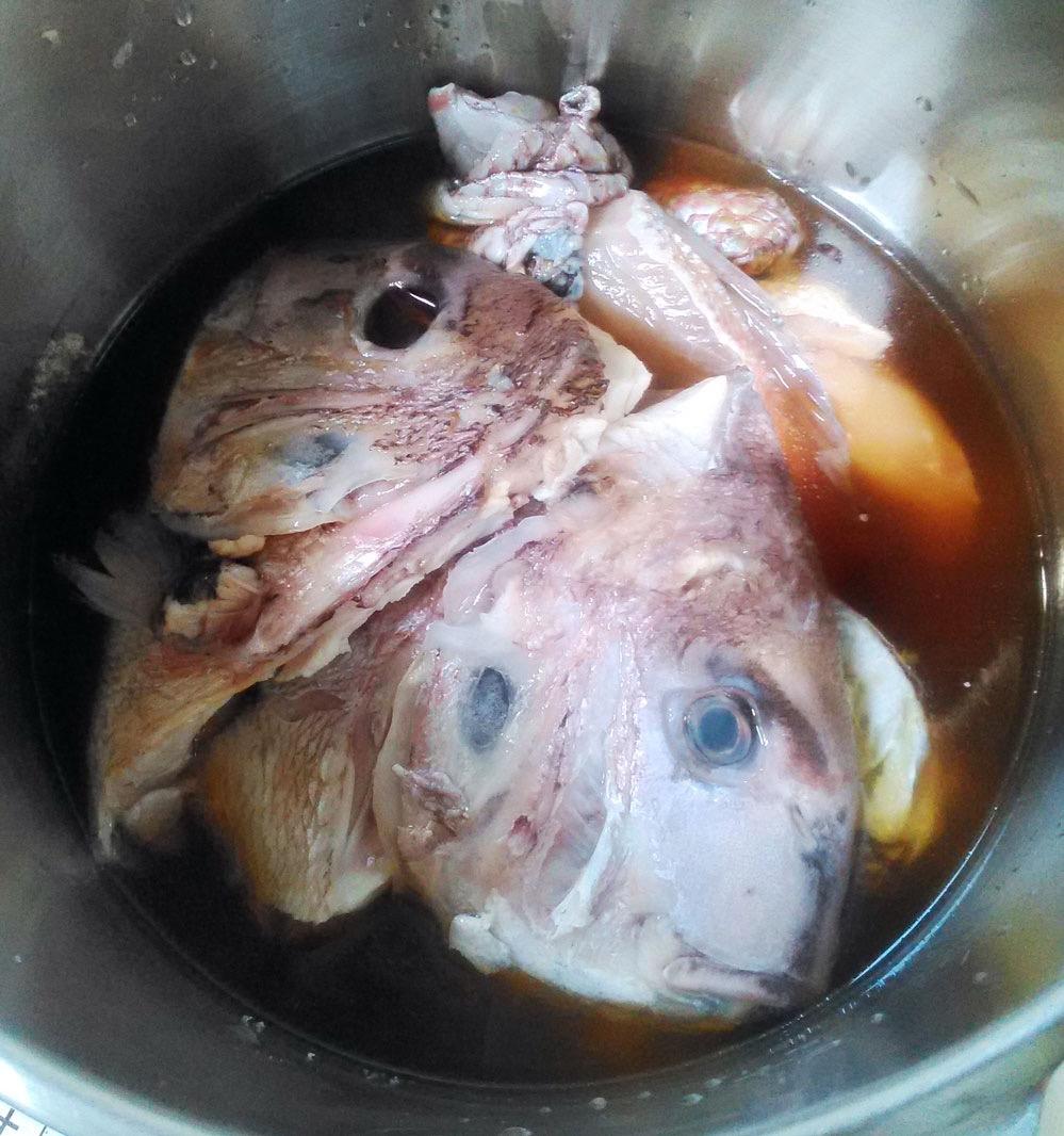 圧力鍋に鯛のあら、醤油、ダシ、みりん、酒を入れる