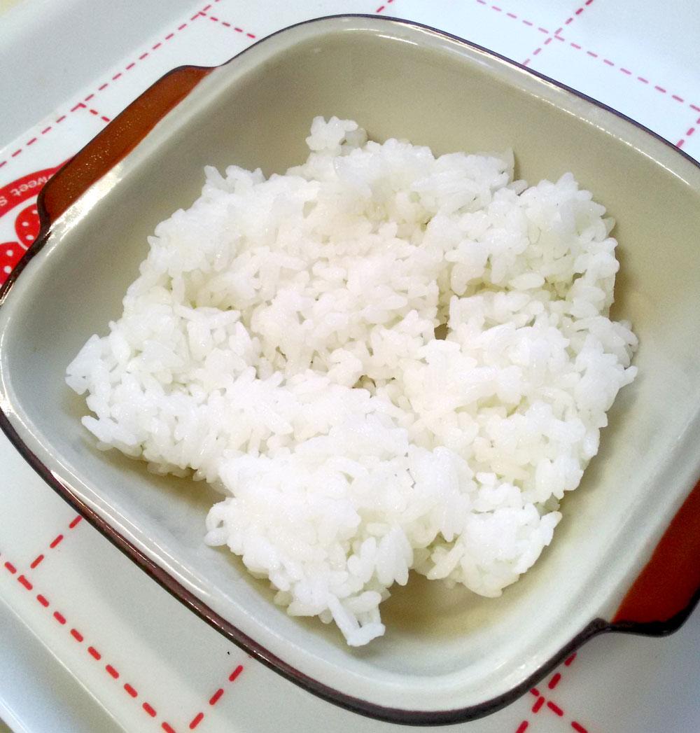 白ごはんを耐熱皿に敷き詰める