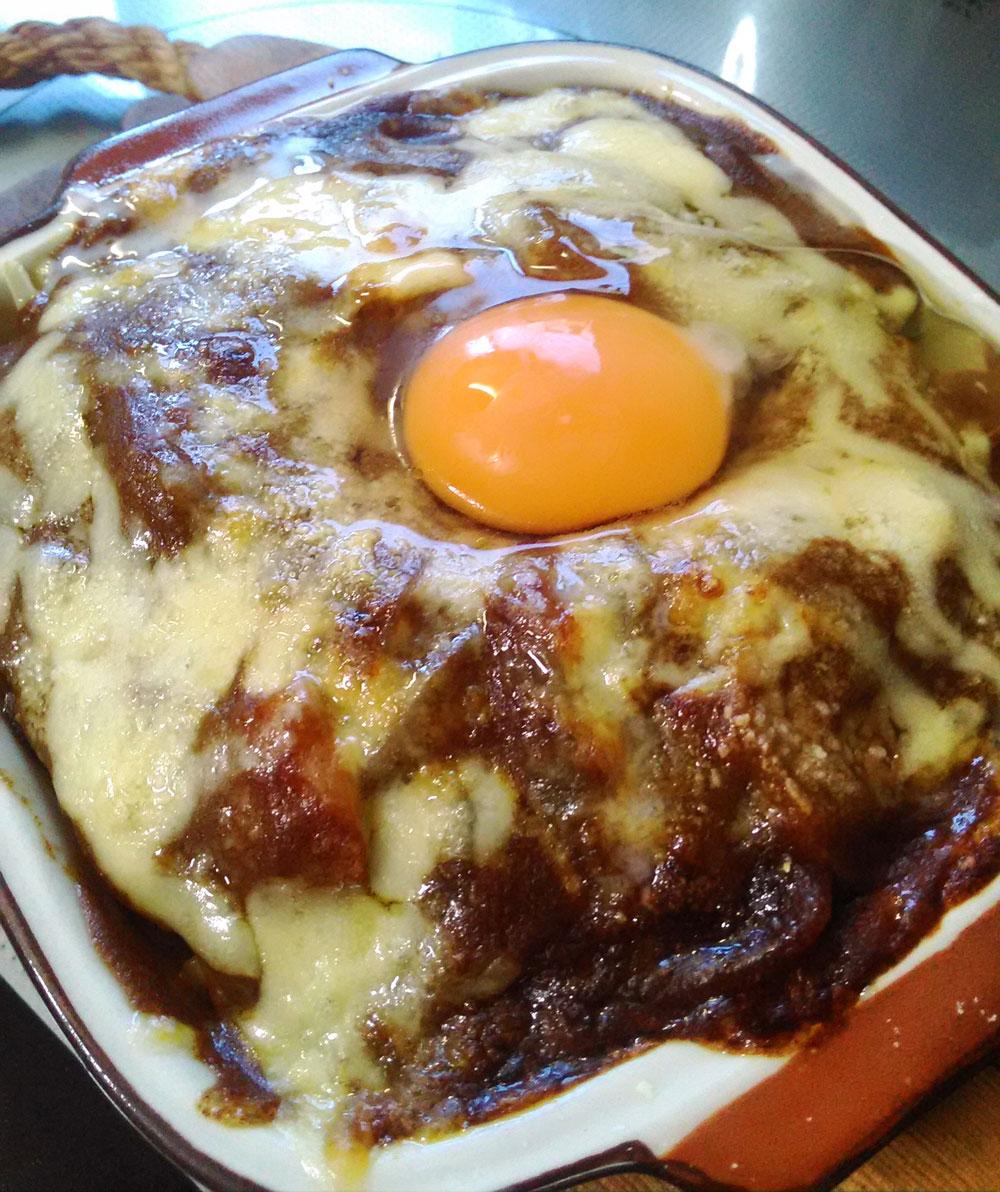 焼き上がったら真ん中に卵を落とす