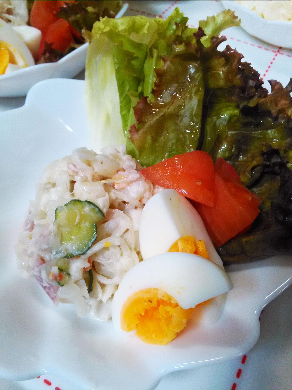 野菜とポテトサラダを盛りつける
