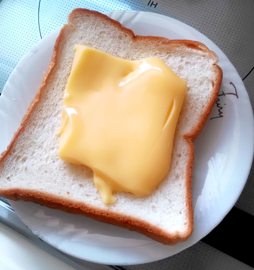 プリンを食パンの上に載せる