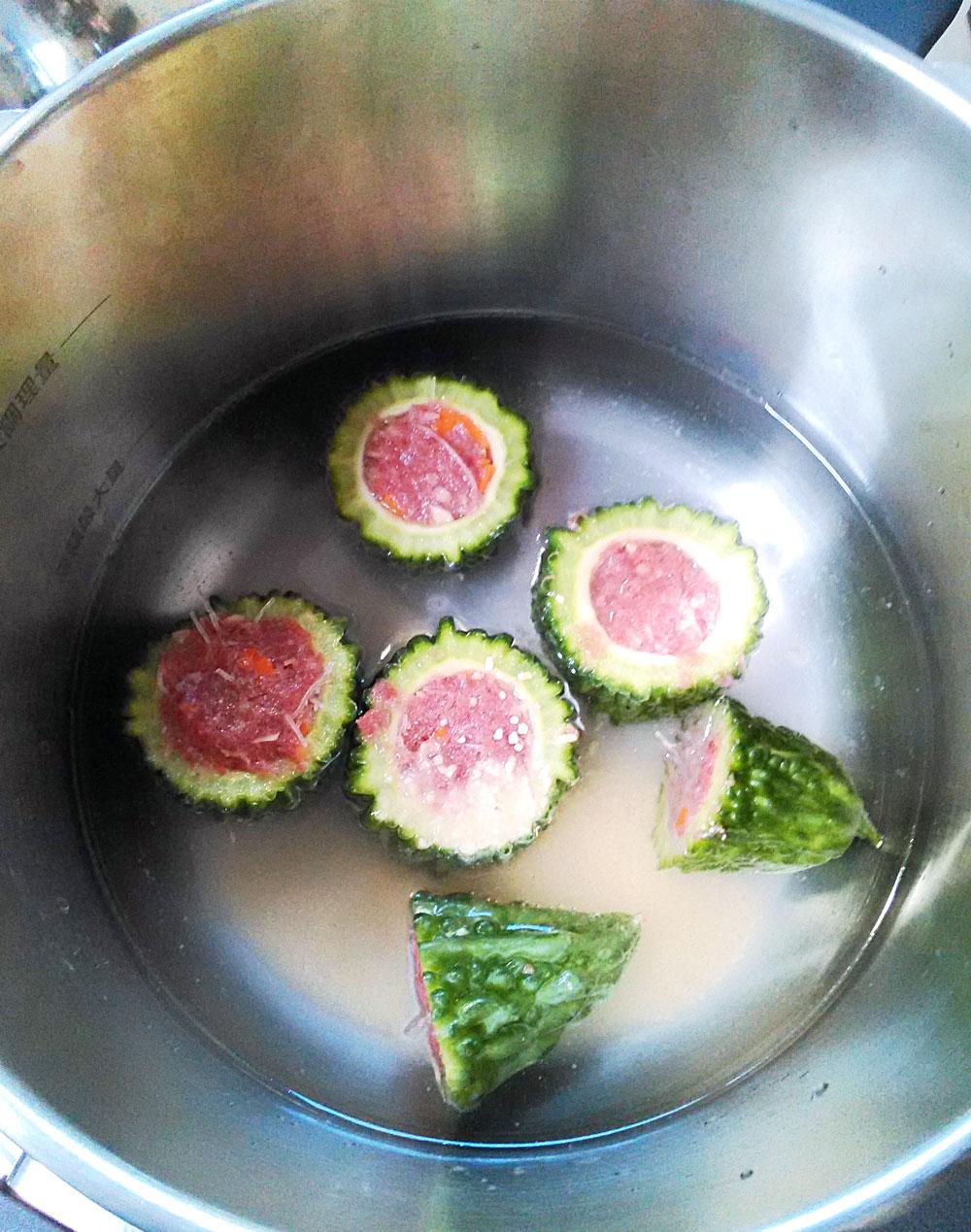 肉を詰めたゴーヤを鍋に並べてスープを入れる
