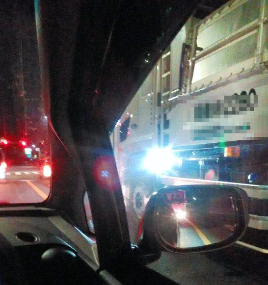 後ろに向けて強烈な光を出すトラック