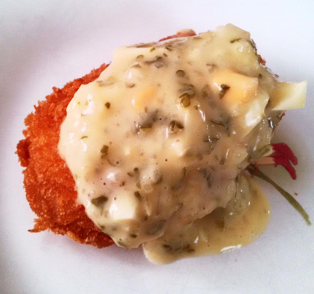 自家製タルタルソースで食べるカニクリームコロッケ