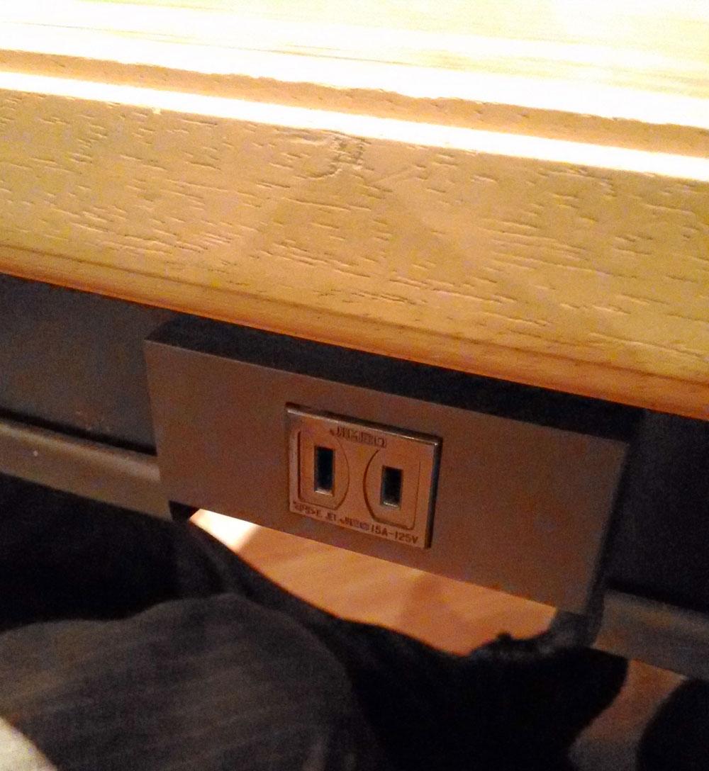 テーブルにはコンセントも完備