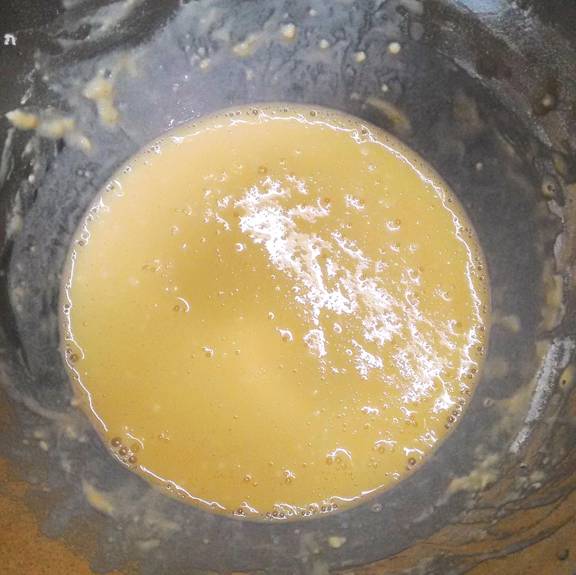 小麦粉を入れてよくかき混ぜる
