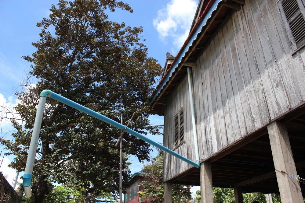 屋根から雨水を引き込むためのパイプ