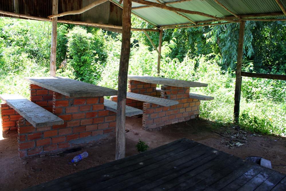 簡単なテーブルやイスが置かれた小屋
