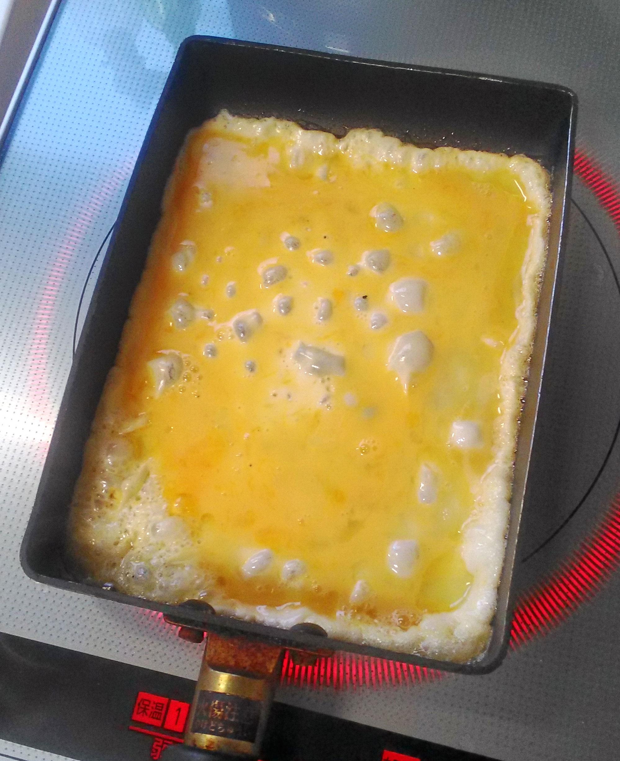 卵を一気にフライパンに流し込む