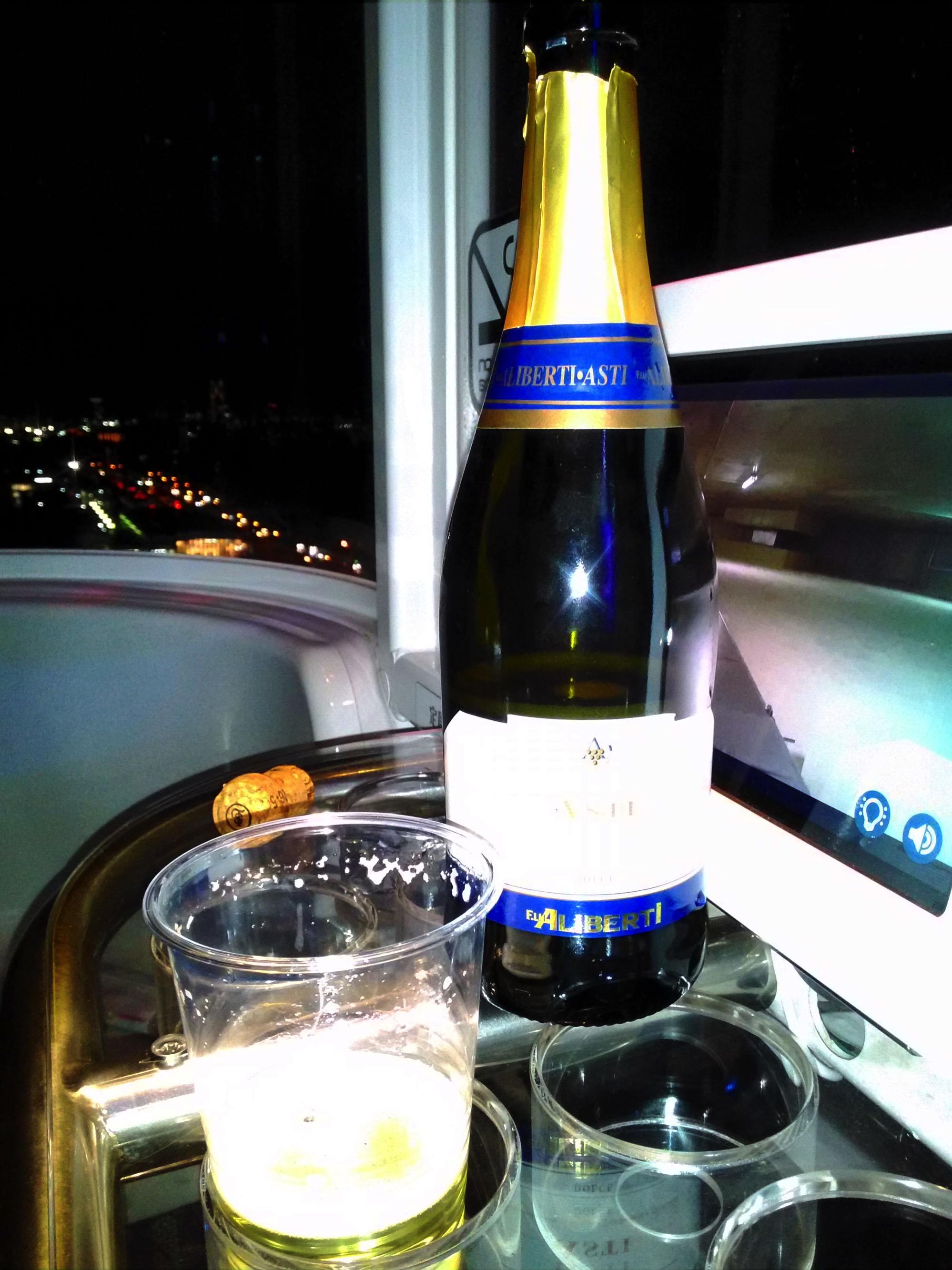 スパークリングワインを観覧車で飲む