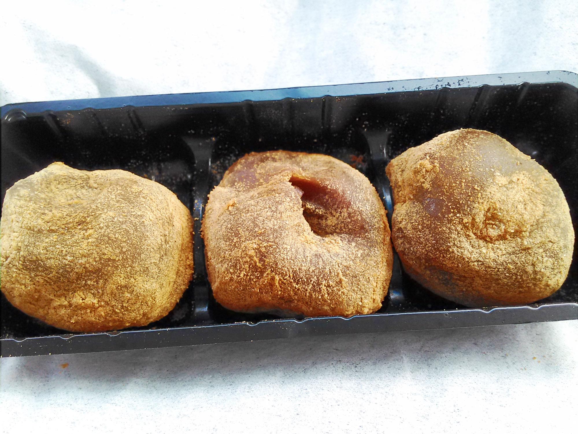 小さなわらび餅が3つセットになっている
