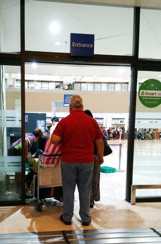 空港に入る前の荷物検査