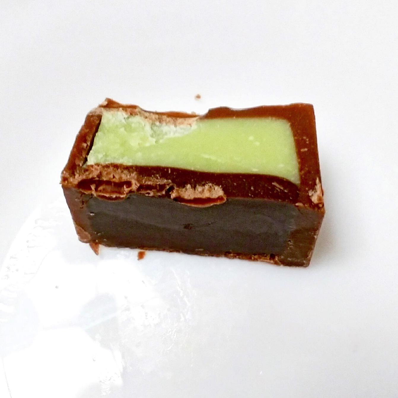 わさびチロルの中は緑のチョコレート