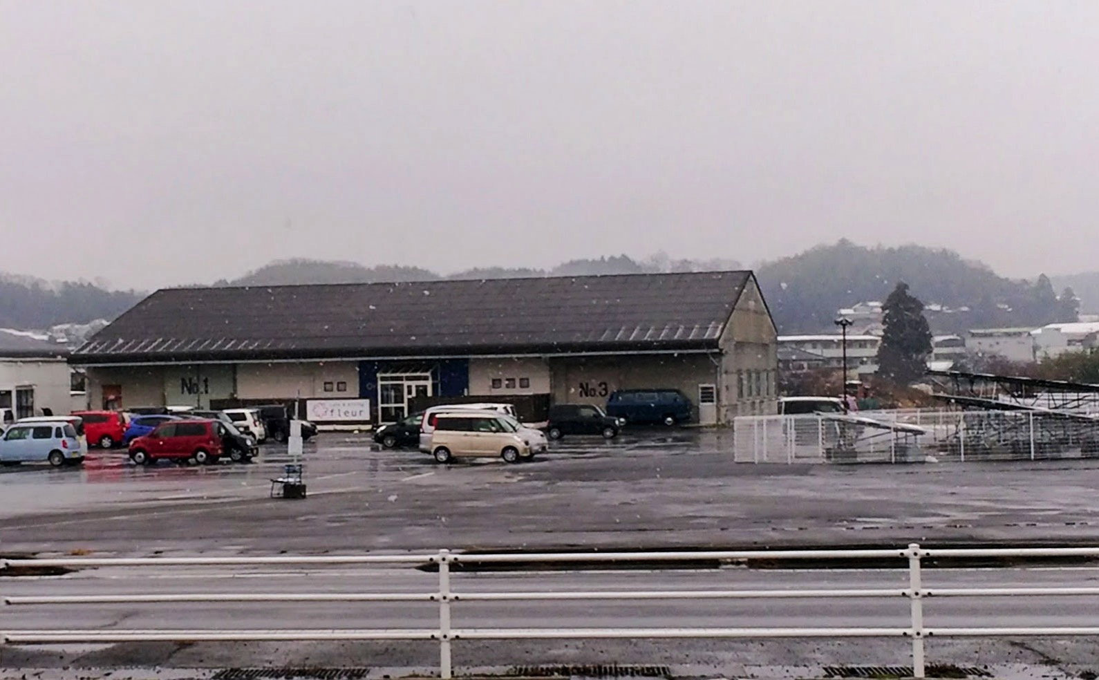 店の前には広大な駐車場が広がる