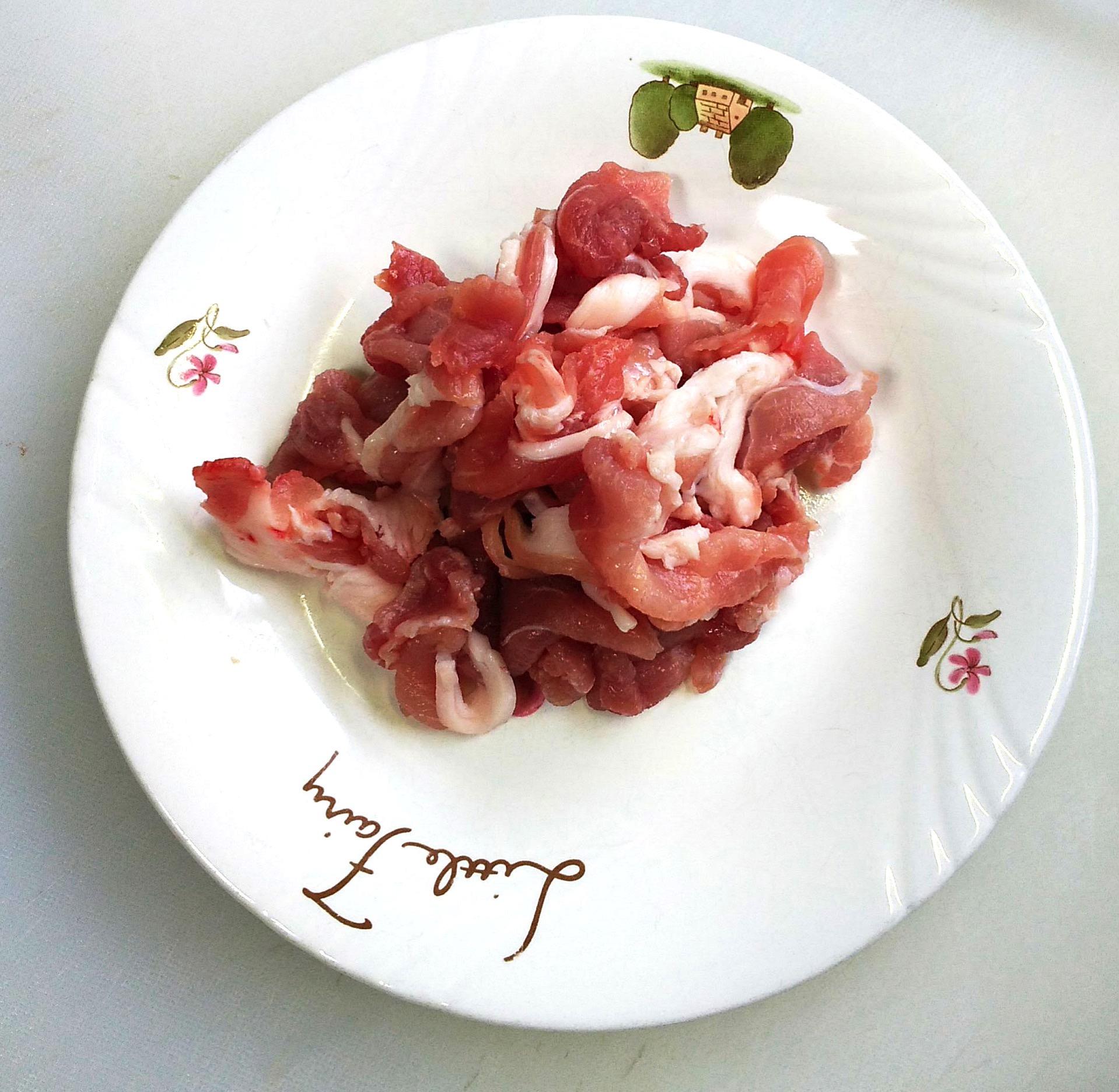 豚肉を一口サイズに切る