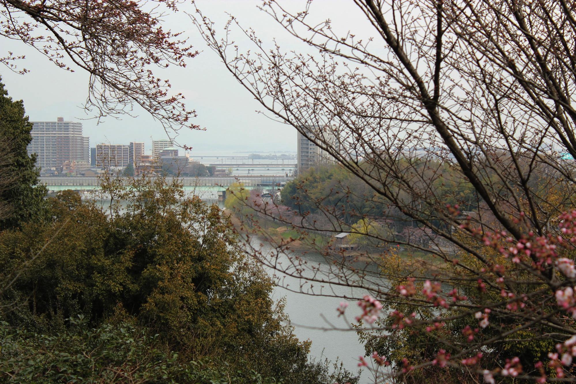 眼下には瀬田川、遠くには琵琶湖が見られる