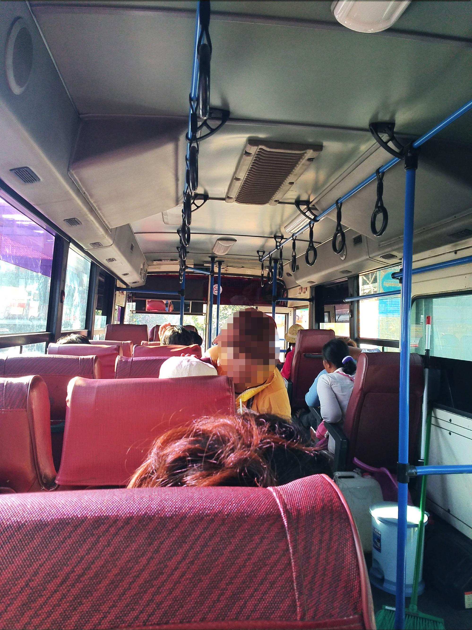 プノンペンの市バスの車内