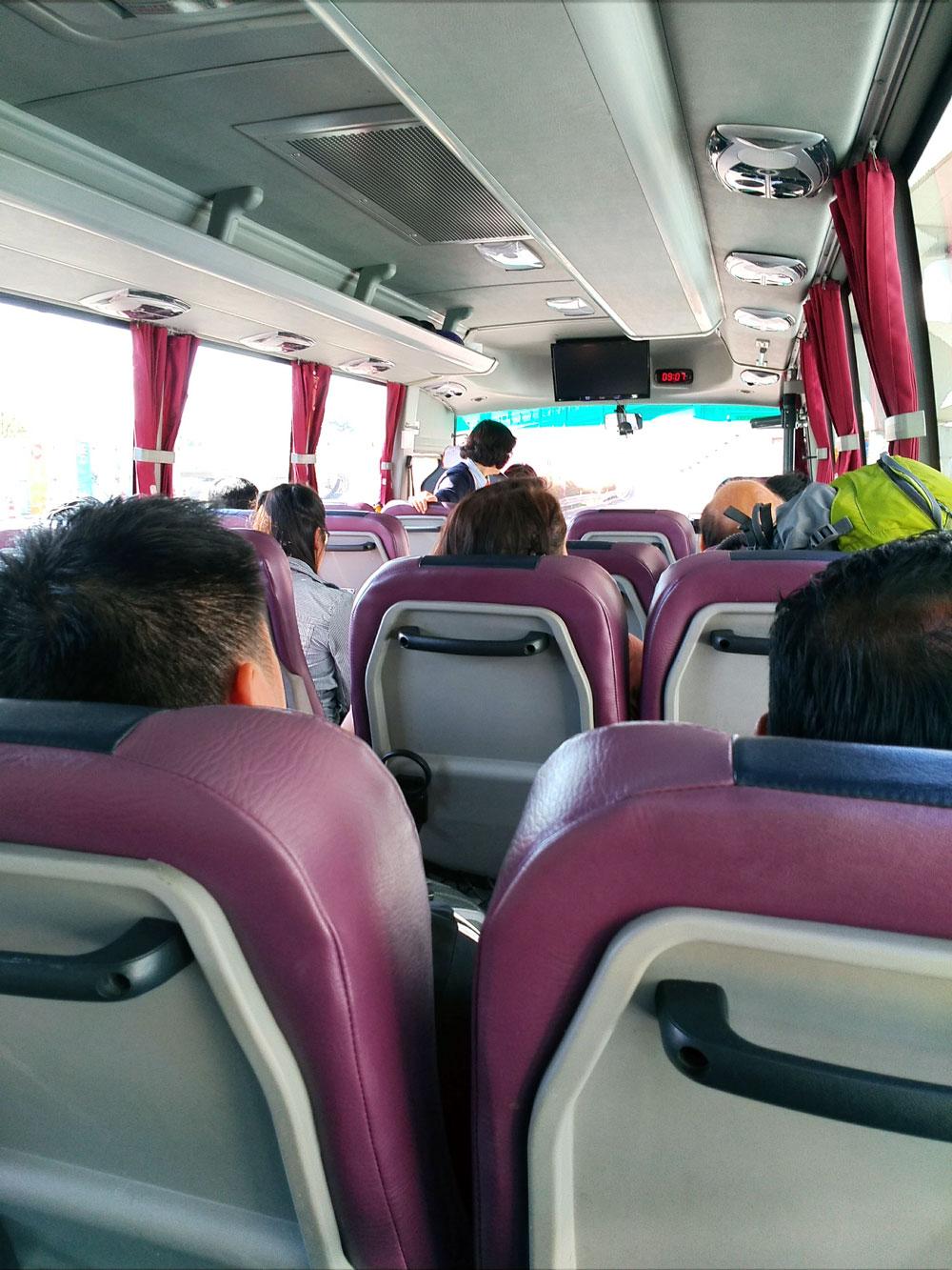 トランジットツアーのバス車内