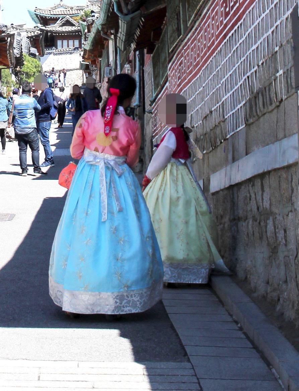 韓国の伝統衣装・チマチョゴリを着た人たち