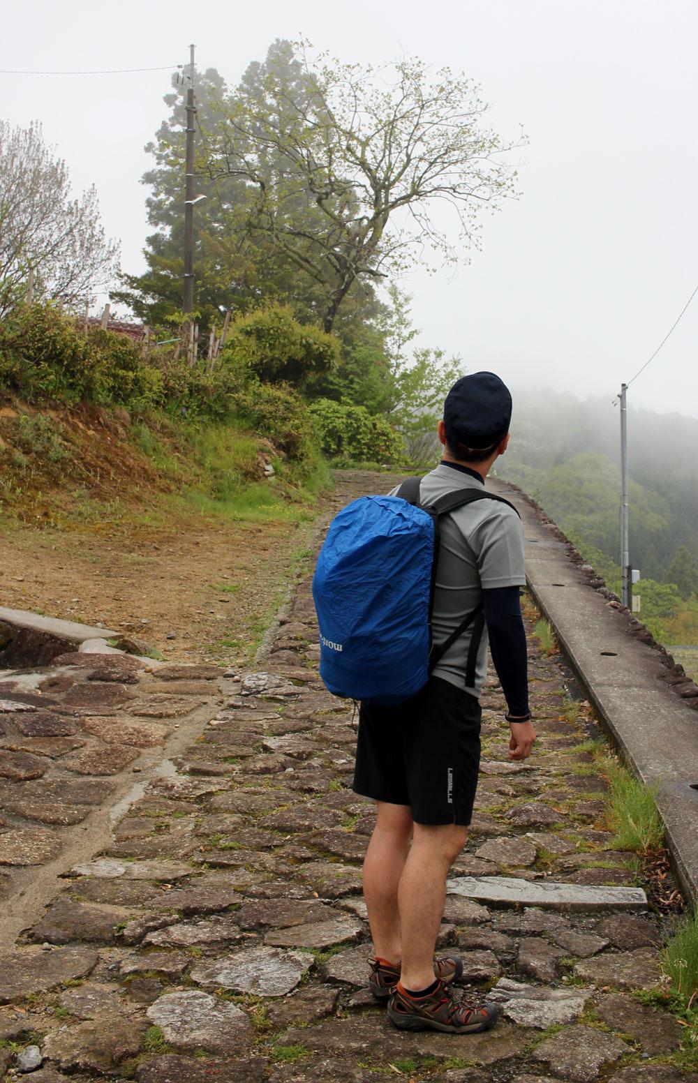 石畳の道を山の方へ歩く