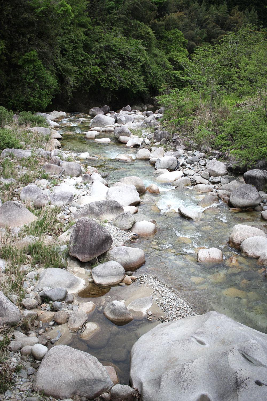 巨大な岩がゴロゴロ転がる川