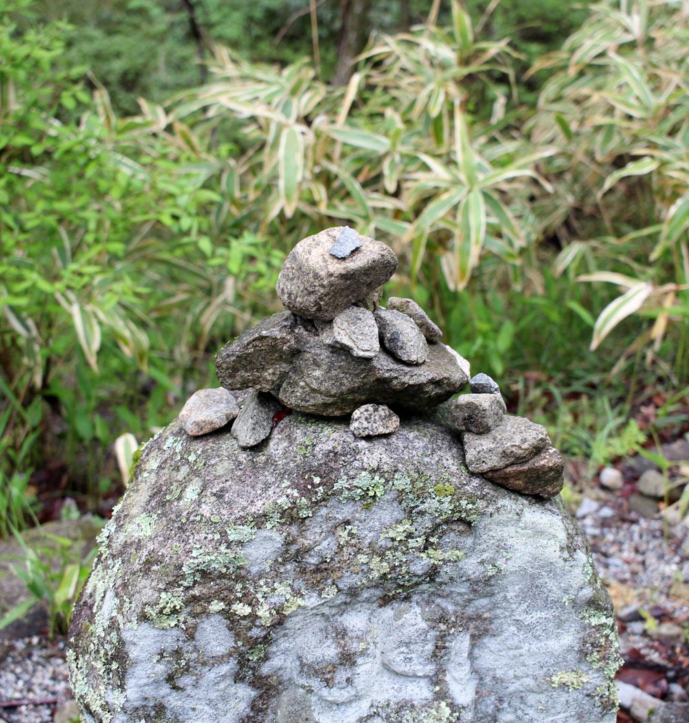 中山道に置かれた積み上げられた石