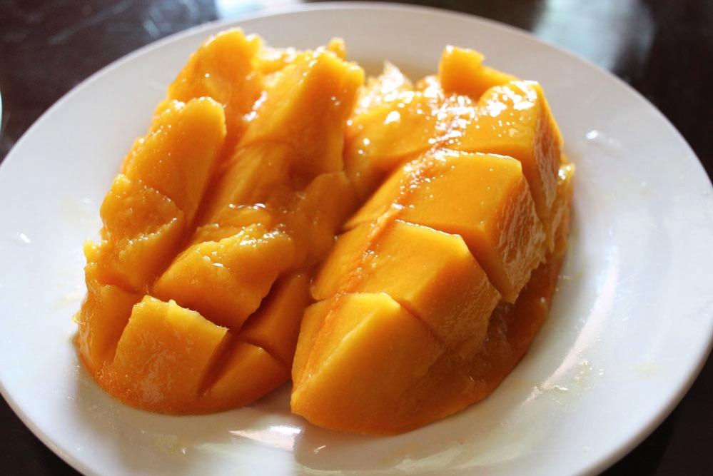 安いマンゴーを切ったところ