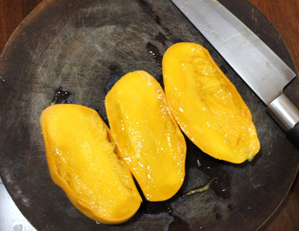 安いマンゴーを切ると中がぐちゃぐちゃ