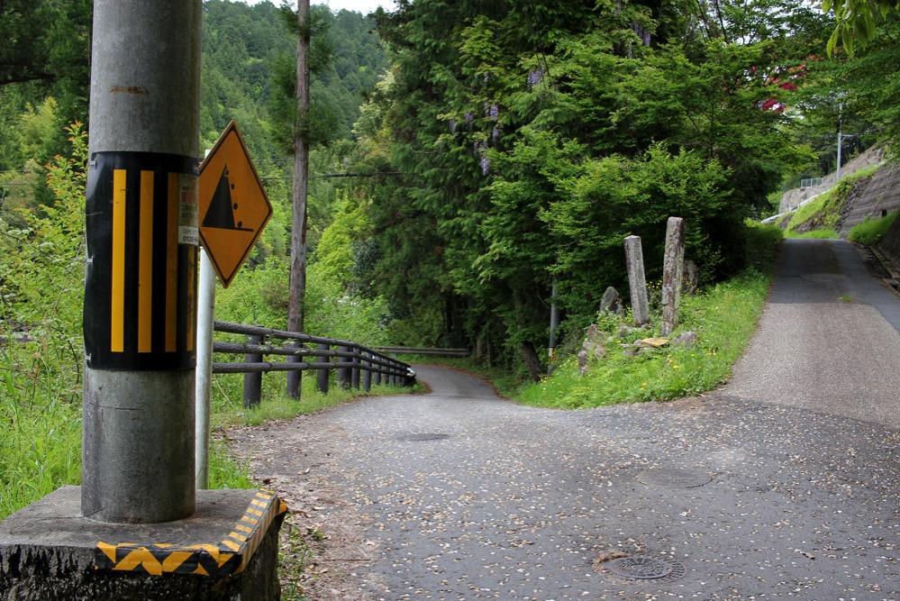 石畳の道は左ルート