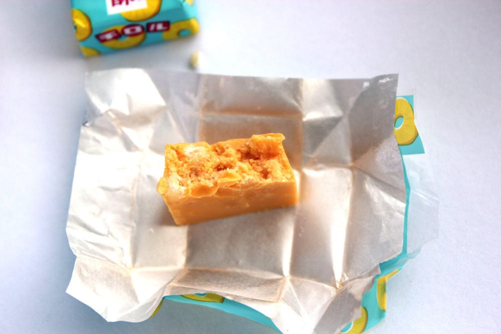 チロルチョコ・パイナップルケーキの断面