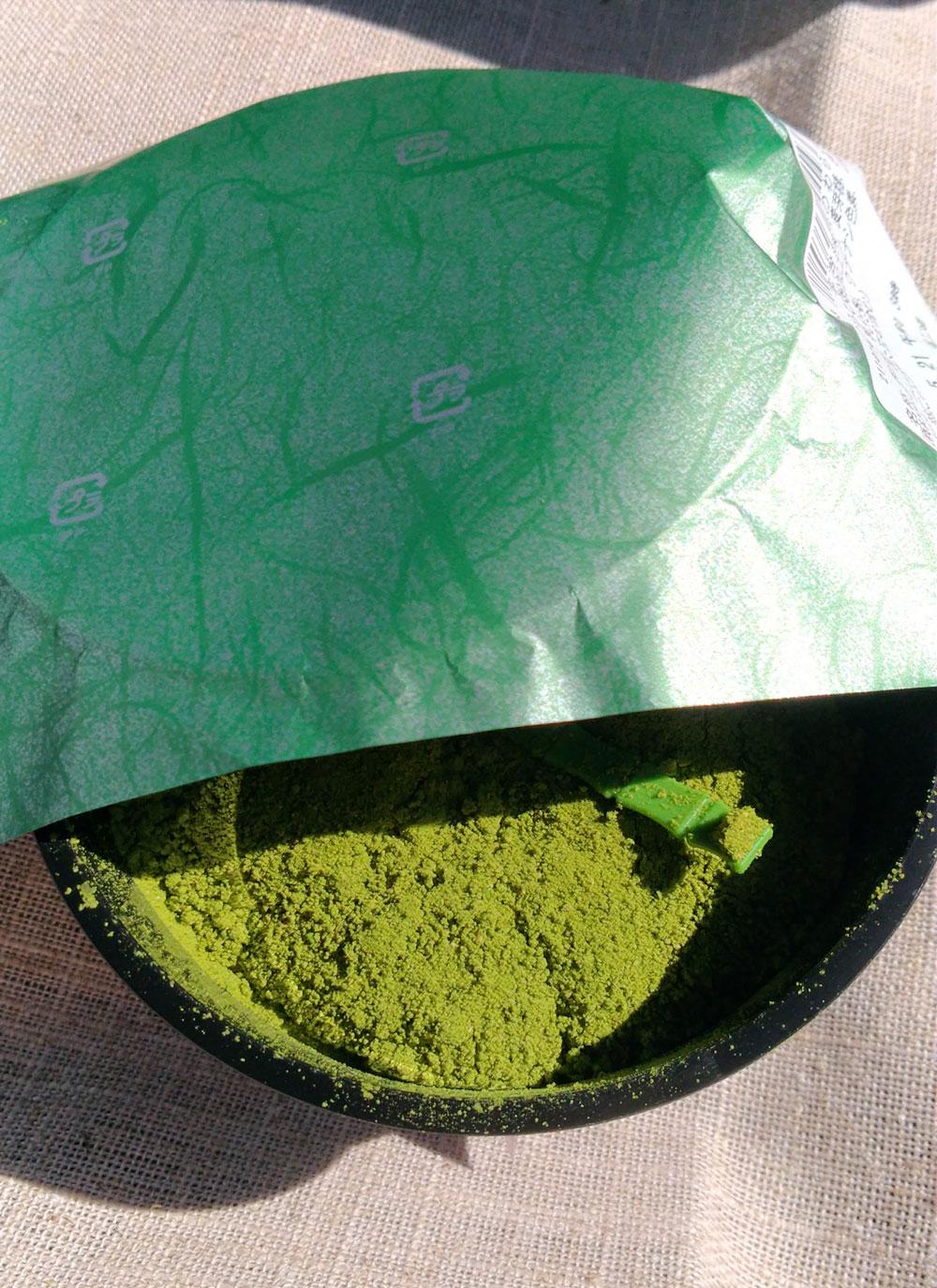 紙をめくると緑のわらび餅が現れる