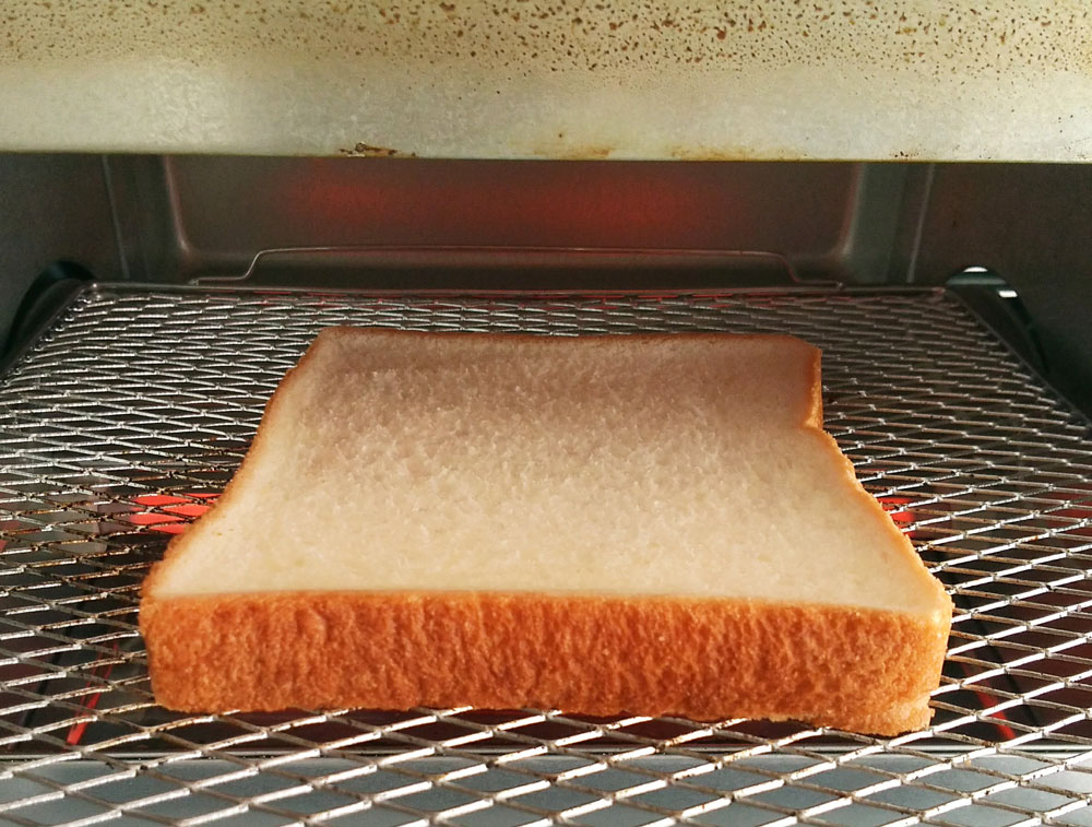 先に食パンだけを焼く