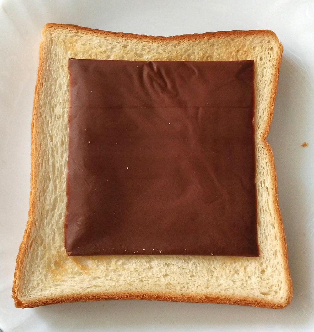 おおかた焼けたトーストにスライス生チョコレートをのせる