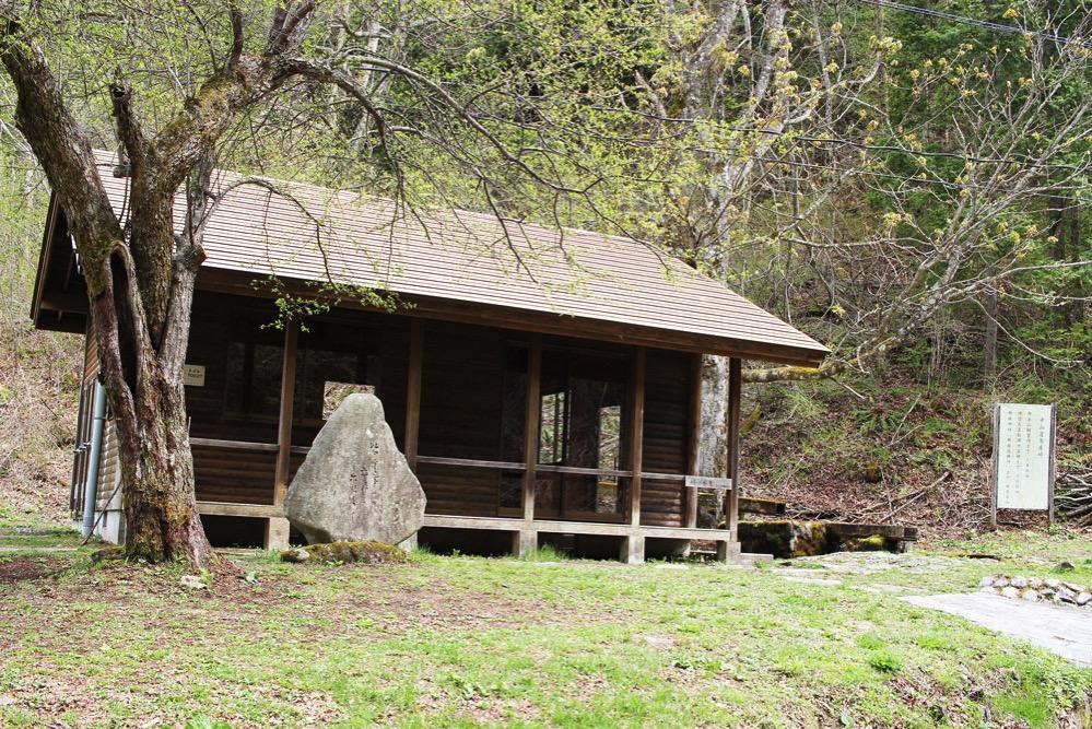鳥居峠に建つ休憩所