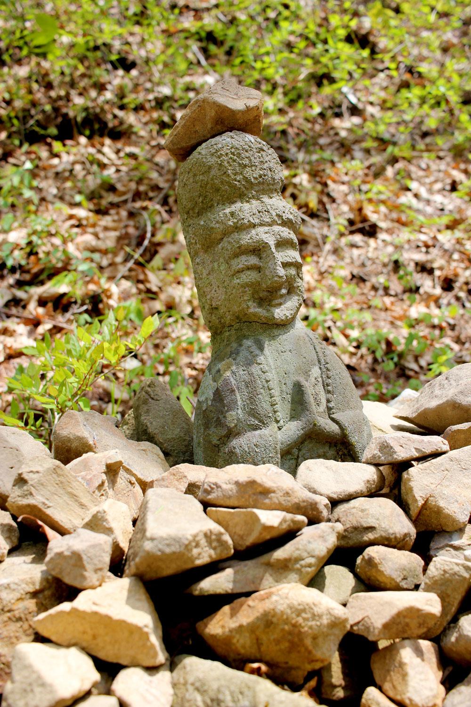 道中で発見した石像