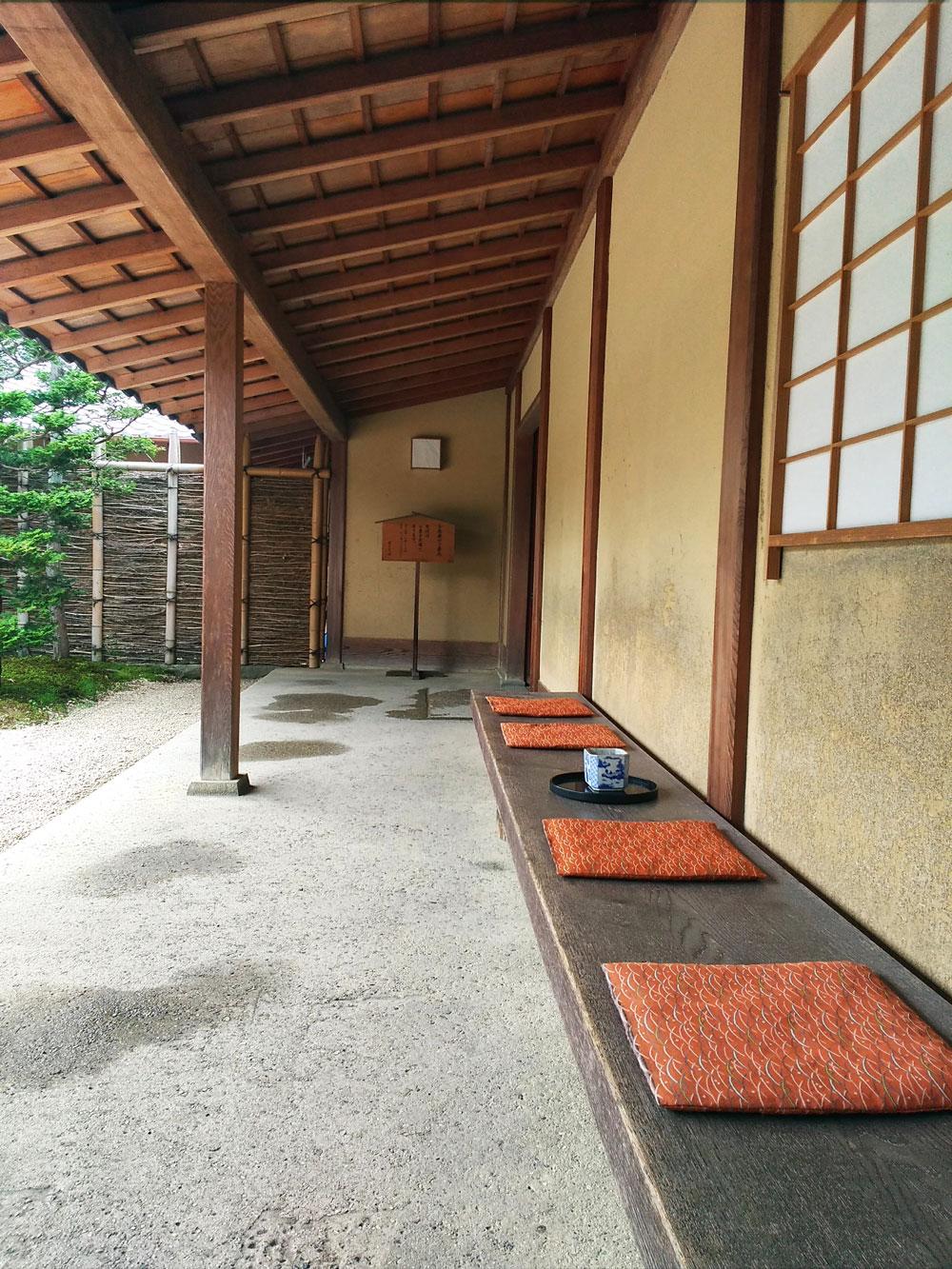 茶室前の休憩所