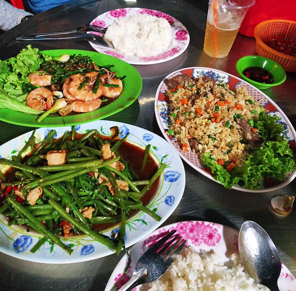 屋台で食べるカンボジア料理