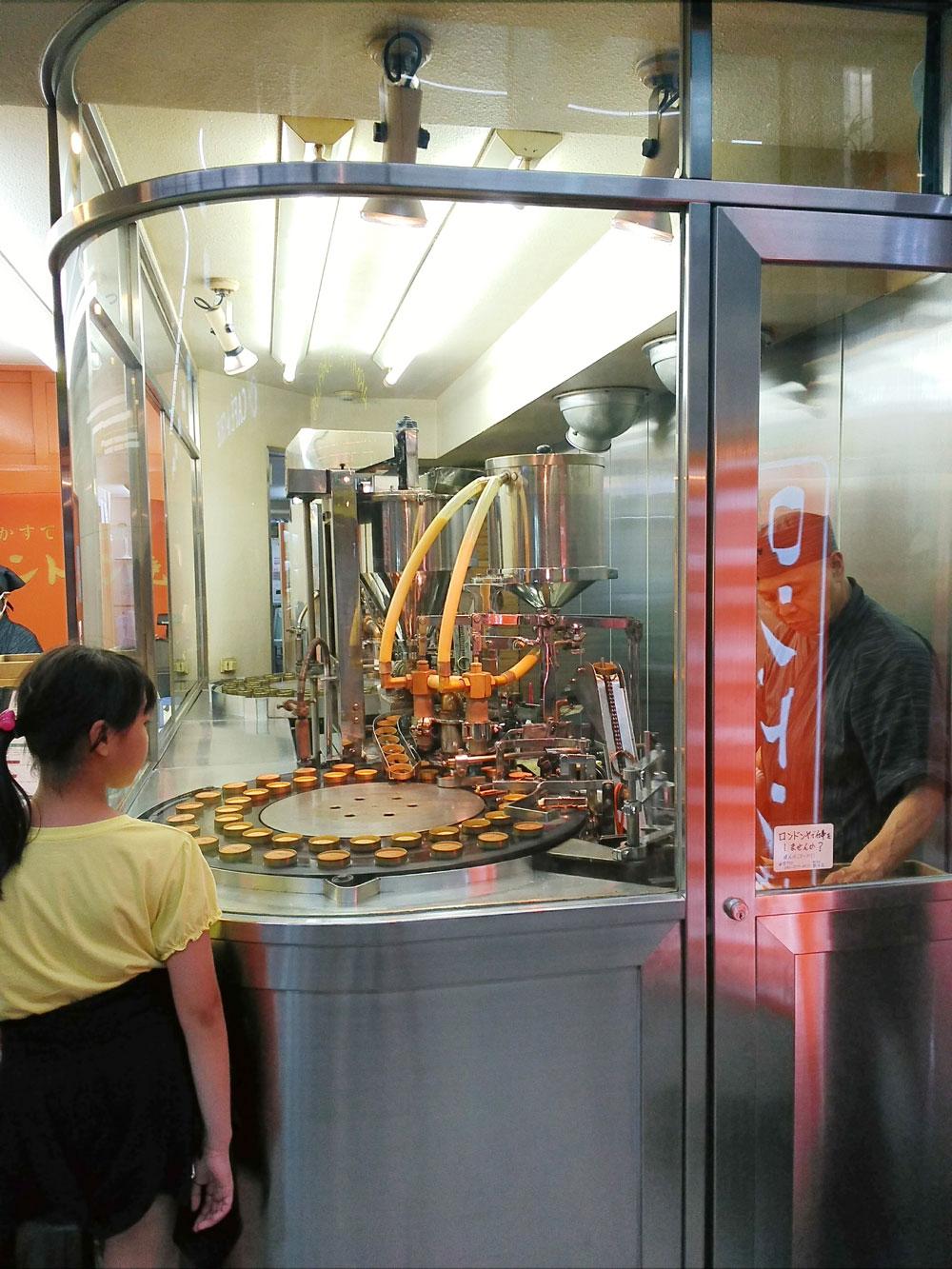 ガラス張りの工房の中にある機械