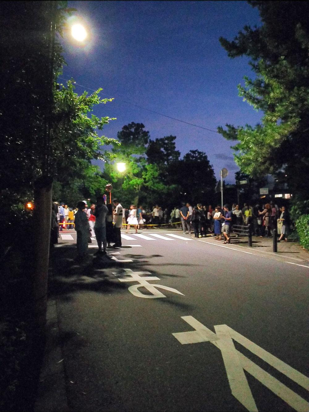 葵公園の前に張られる交通規制