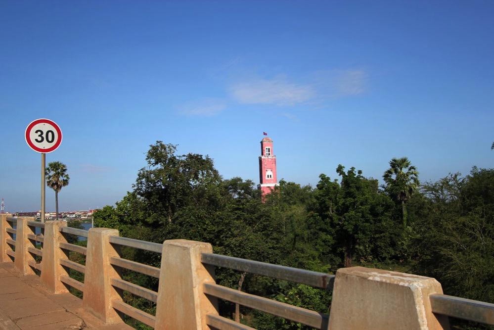 「きずな橋」から見えるピンクの塔