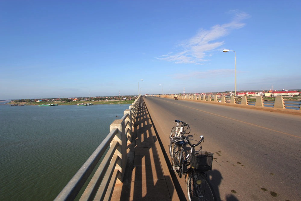「きずな橋」の道路