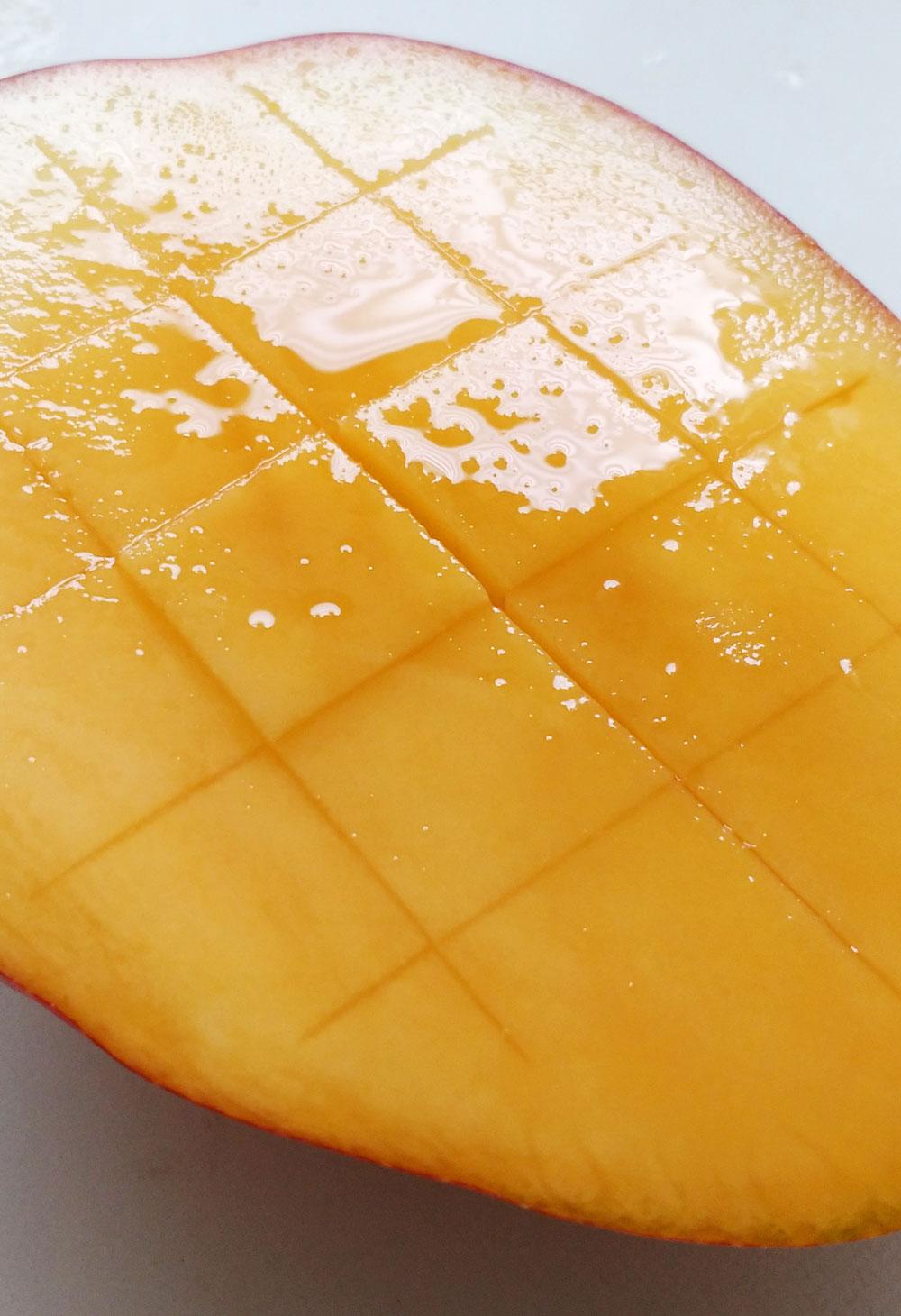 マンゴーから溢れ出る果汁