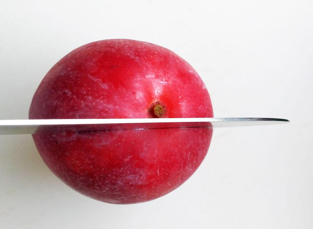 マンゴーを3つに切る