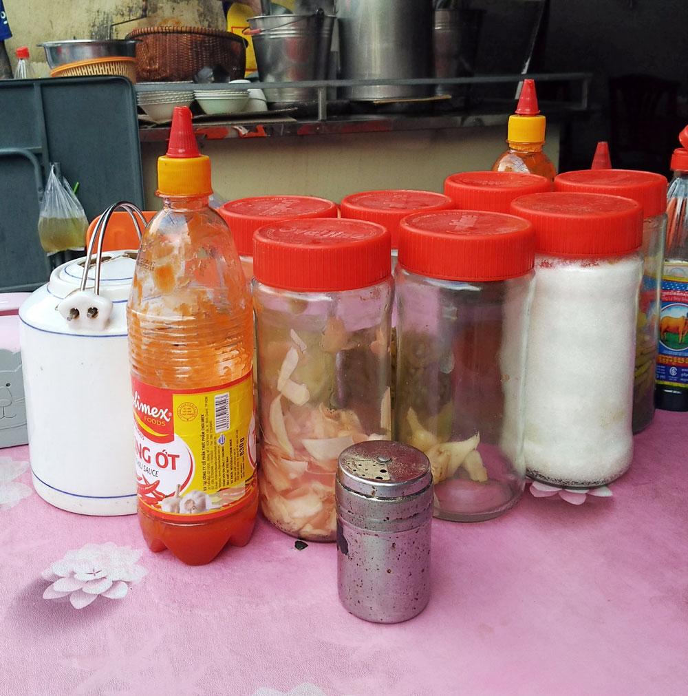 テーブルの上に並ぶ調味料