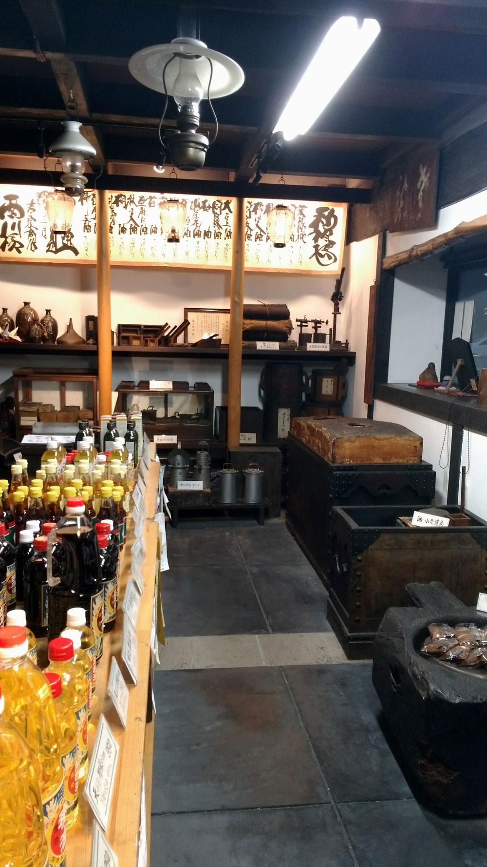 店内に所狭しと並べられている昔の油作りの道具たち