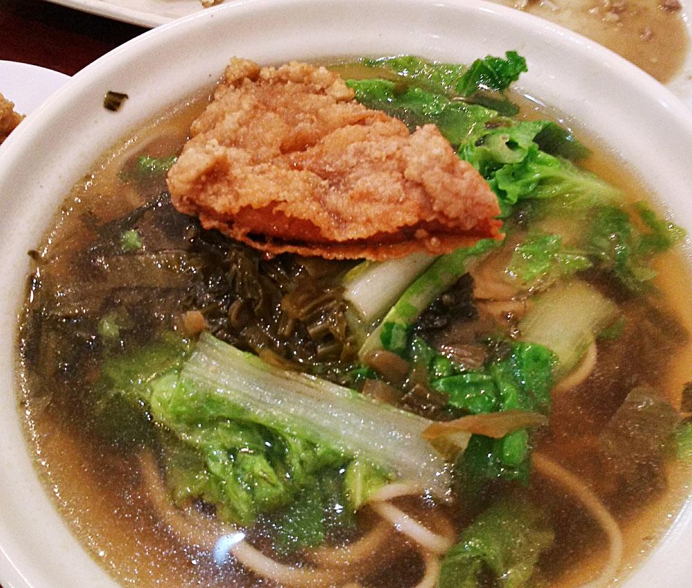 揚げた豚肉をスープにつけて食べる