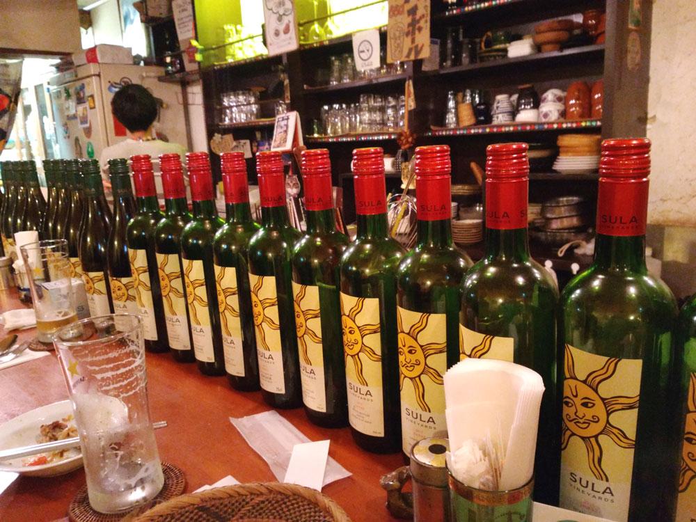 カウンターに並ぶワインの空き瓶