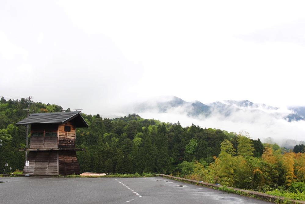 霧が立ちこめて幻想的な馬籠の朝