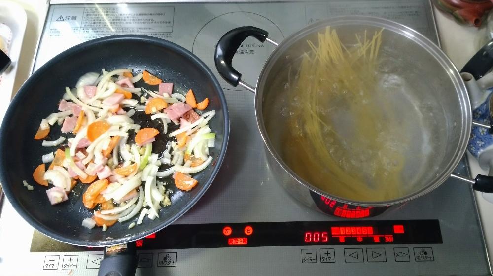 具材とパスタは同時に調理