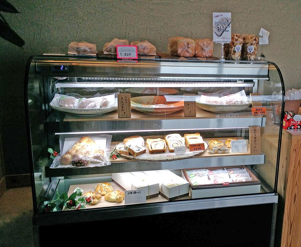 ショーケースには三笠や食パンが並ぶ